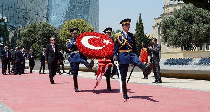 Президент Турецкой Республики Реджеп Тайип Эрдоган во время посещения Аллеи шехидов в Баку. 10 июля 2018 года