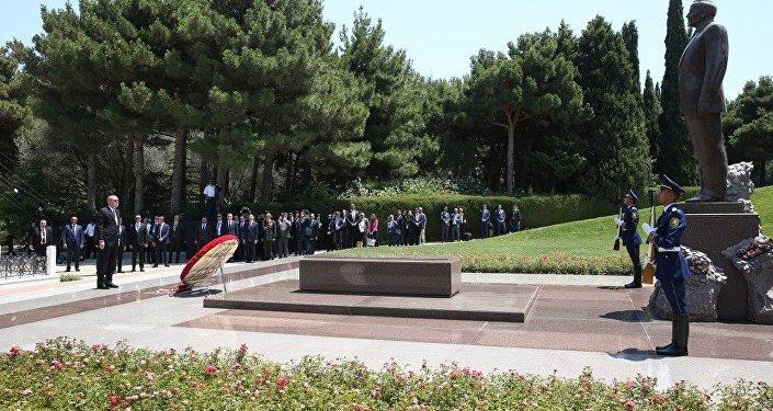 Президент Турецкой Республики Реджеп Тайип Эрдоган во время посещения могилы Гейдара Алиева в Баку. 10 июля 2018 года