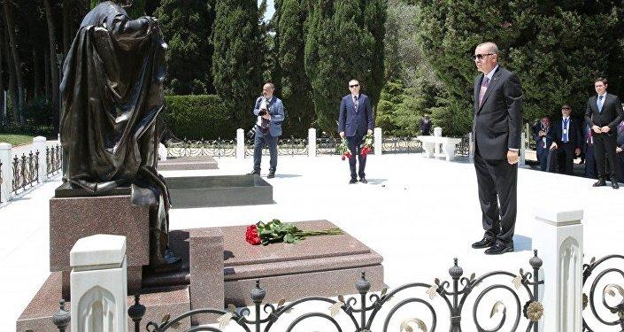 Президент Турецкой Республики Реджеп Тайип Эрдоган во время посещения могилы Зарифы Алиевой в Баку. 10 июля 2018 года