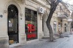 Объявление о крупной скидке на витрине магазина в Баку, архивное фото