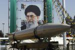 Ракета, перед плакатом верховного лидера Ирана аятоллы Али Хаменеи, во время военной выставки