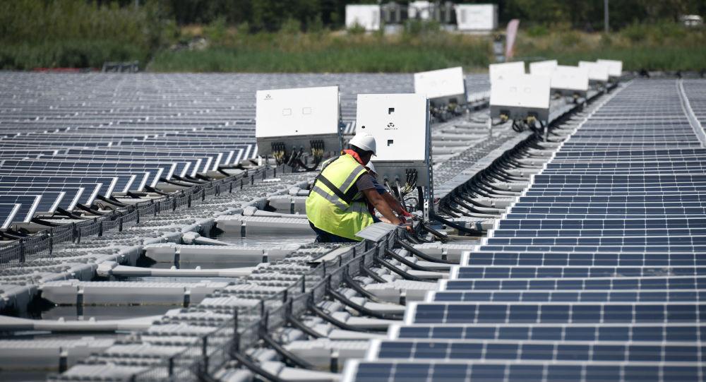 Мужчина устанавливает солнечные панели, фото из архива