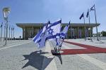 Израильские флаги развеваются перед Кнессетом (израильский парламент)