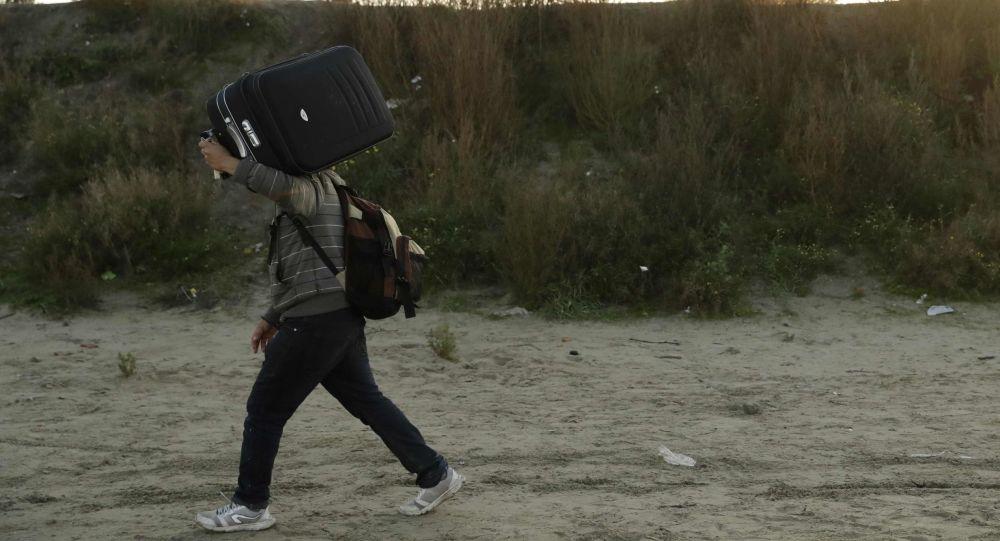 Мигрант с багажом, фото из архива