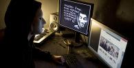 Хакер  перед экраном компьютером, фото из архива