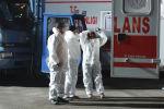 Медицинский персонал возле военного самолета в аэропорту Анкары, который прилетел из Ухани, 1 февраля 2020