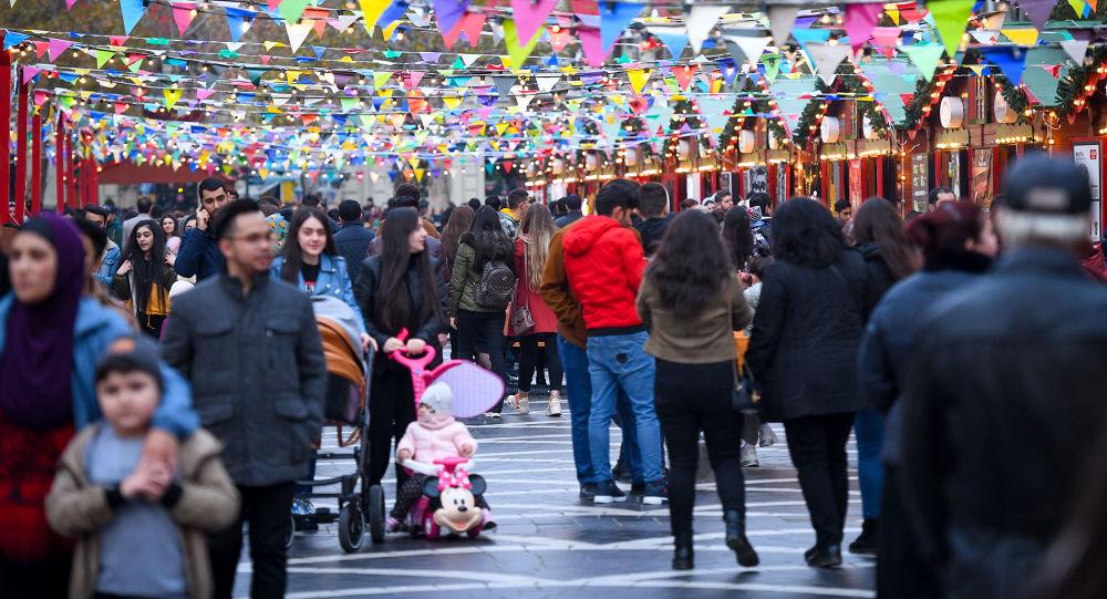 Молодые люди на улице Низами в центре Баку, фото из архива