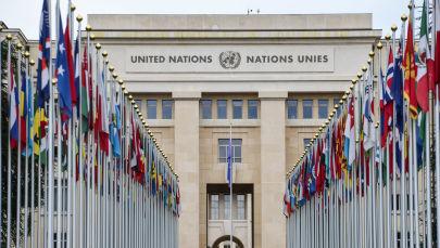 Аллея флагов возле здания Организации Объединённых Наций (ООН), фото из архива