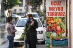 Женщина у овощного магазина в Баку, фото из архива