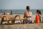 Женщина с дочкой на пляже в Баку, фото из архива