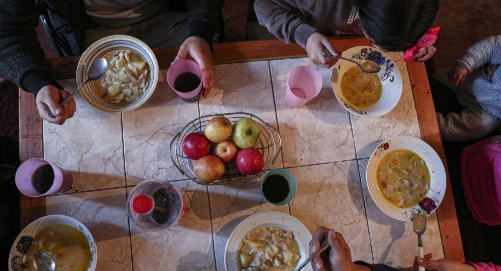 Yemək yeyən insanlar, arxiv şəkli