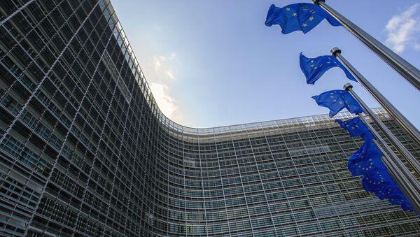 Флаги Евросоюза возле штаб-квартиры ЕС в Брюсселе - Sputnik Азербайджан