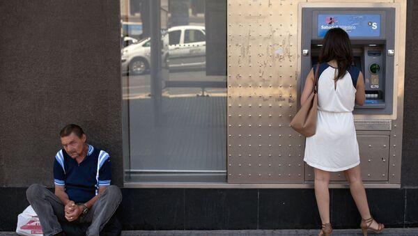 Женщина у банкомата, фото из архив - Sputnik Azərbaycan