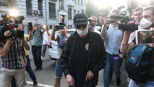 Актер Михаил Ефремов во время возвращения после допроса по делу о ДТП - Sputnik Азербайджан