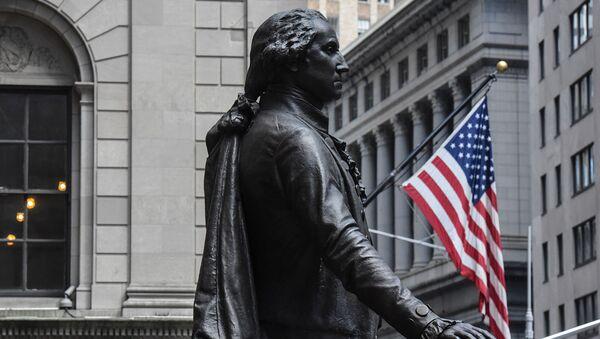 Статуя Джорджа Вашингтона возле здания Нью-Йоркской фондовой биржи на Уолл-Стрит - Sputnik Азербайджан