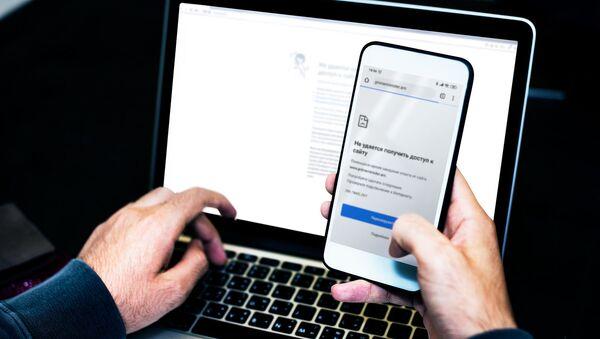 Взломанный сайт на экране телефона - Sputnik Азербайджан