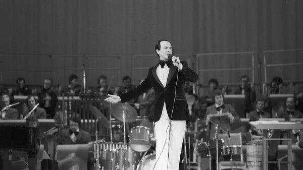 Советский оперный и эстрадный певец народный артист СССР Муслим Магометович Магомаев (1942 г. р.) выступает на концерте в рамках культурной программы Олимпиады-80. - Sputnik Азербайджан