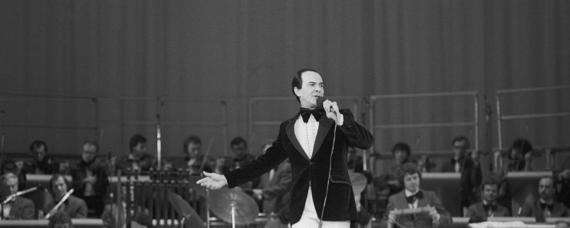 Советский оперный и эстрадный певец народный артист СССР Муслим Магометович Магомаев (1942 г. р.) выступает на концерте в рамках культурной программы Олимпиады-80. - Sputnik Азербайджан, 1920, 17.09.2021