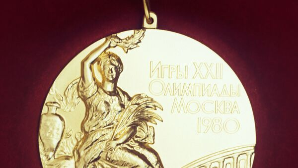 Лицевая сторона золотой медали XXII Олимпийских игр 1980 года. - Sputnik Азербайджан