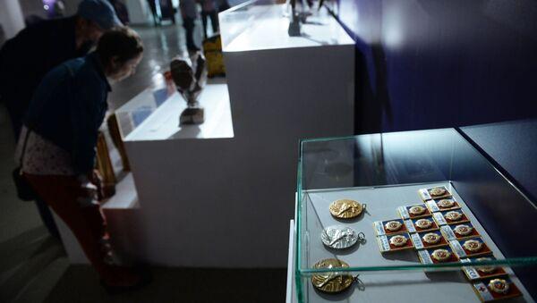 Памятные медали и значки участников церемонии открытия Олимпиады-80, представленные на выставке Легендарные Лужники. 60 неповторимых лет, в Музее Москвы. - Sputnik Азербайджан
