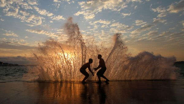 Мужчины на набережной Севастополя - Sputnik Azərbaycan