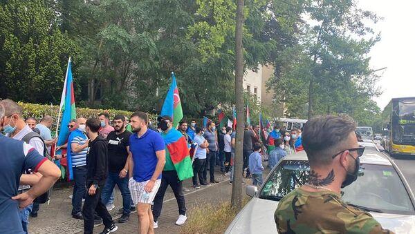 Акция протеста азербайджанцев перед посольством Армении в Берлине - Sputnik Азербайджан