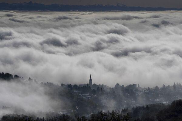 Цунами из облаков над местечком Сен-Сир-о-Мон-д'Ор около Лиона, Франция - Sputnik Азербайджан