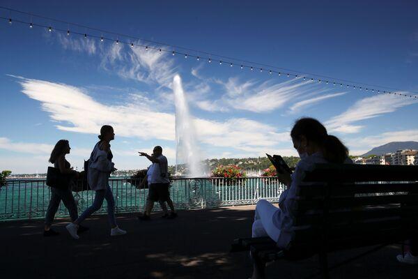 Фонтан Jet d'Eau на фоне облаков, похожих на крылья птиц, в Женеве - Sputnik Азербайджан