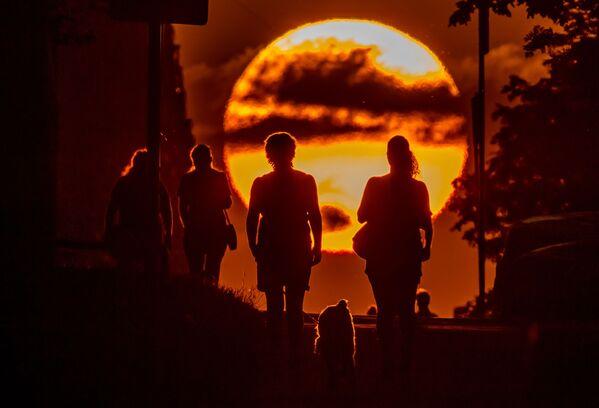 Облака на фоне закатного солнца в Москве - Sputnik Азербайджан