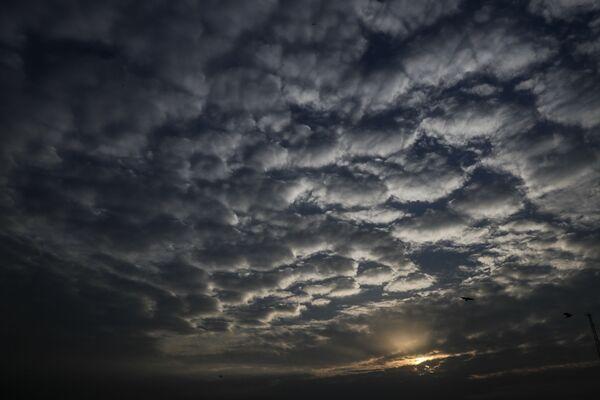 Барханы из облаков во время заката над индийской Калькуттой во время циклона - Sputnik Азербайджан