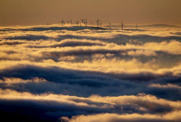 Окруженные облаками ветрогенераторы в Таунусе, Германия  - Sputnik Азербайджан