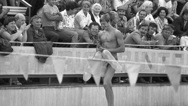 Советский пловец, 19-летний студент из Ленинграда, рекордсмен мира по плаванию вольным стилем Владимир Валерьевич Сальников после соревнований - Sputnik Азербайджан