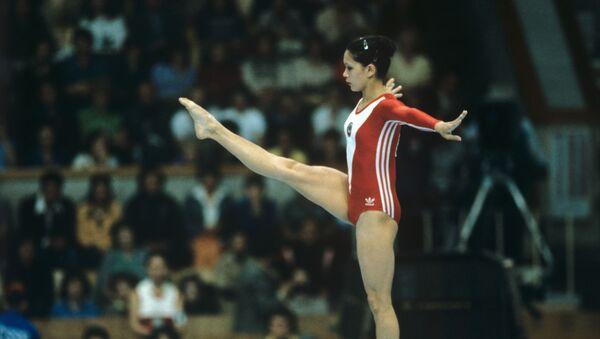 Советская гимнастка Нелли Ким во время соревнований по спортивной гимнастике на XXII Олимпийских играх - Sputnik Азербайджан