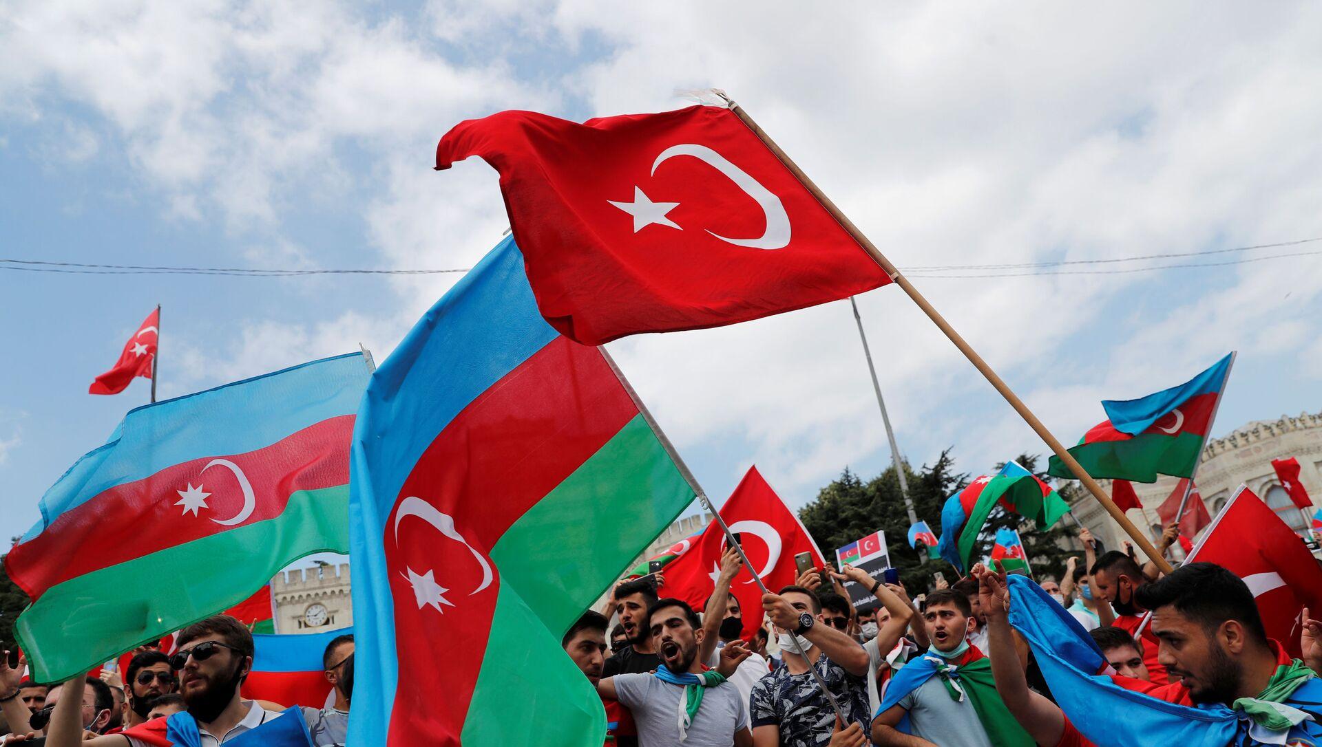 Люди с флагами Турции и Азербайджана, фото из архива - Sputnik Азербайджан, 1920, 30.08.2021