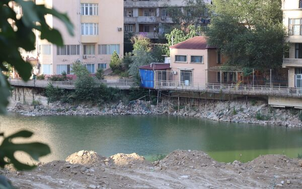Искусственное озеро на пересечении улиц Гасан бека Зардаби и Акима Аббасова в Ясамальском районе Баку - Sputnik Азербайджан