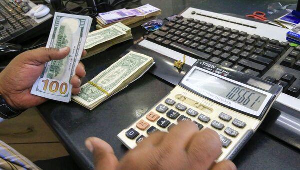 Кассир считает доллары, фото из архива - Sputnik Azərbaycan