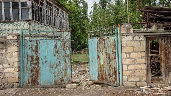Разрушенный жилой дом в селе Дондар Гушчу Товузского района Азербайджана  - Sputnik Азербайджан
