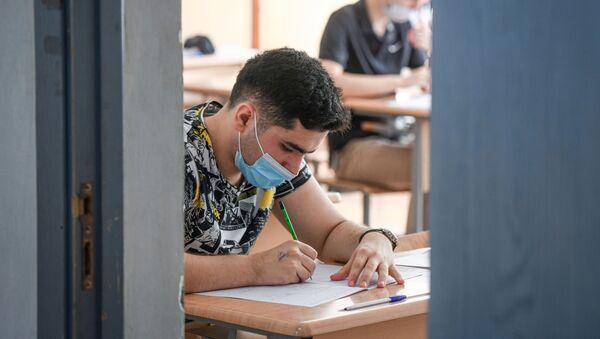 Экзамен во время пандемии в школе №5 - Sputnik Азербайджан