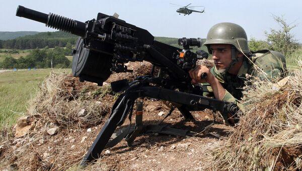 Солдат сербской армии во время учений, фото из архива - Sputnik Азербайджан