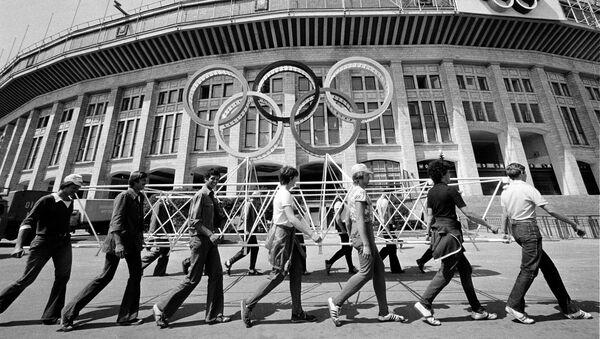 Рабочие убирают леса у Центрального стадиона имени Ленина, где пройдет открытие и закрытие летних Олимпийских игр в Москве 1980 года.  - Sputnik Азербайджан