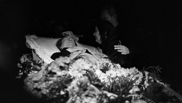 Похороны популярного советского актера театра и кино, поэта и певца Владимира Высоцкого (1938-1980 г.г.). Гражданская панихида и церемония прощания в здании Театра на Таганке 28 июля 1980 года. - Sputnik Азербайджан