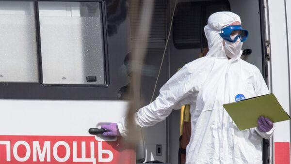 Врач скорой медицинской помощи возле больницы для пациентов с подозрением на коронавирус в Коммунарке. - Sputnik Азербайджан
