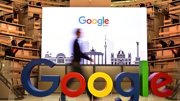 Мужчина проходит мимо логотипа компании Google, фото из архива - Sputnik Азербайджан