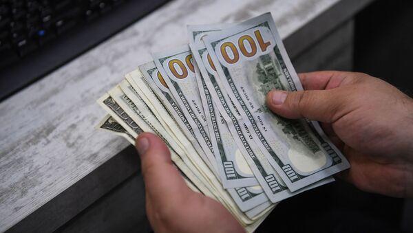 Кассир считает доллары, фото из архива - Sputnik Азербайджан