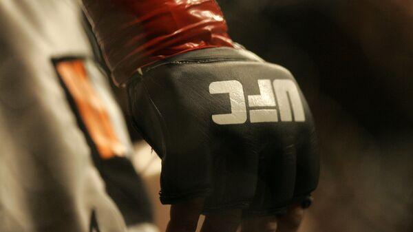 Перчатка с лого UFC, фото из архива - Sputnik Азербайджан