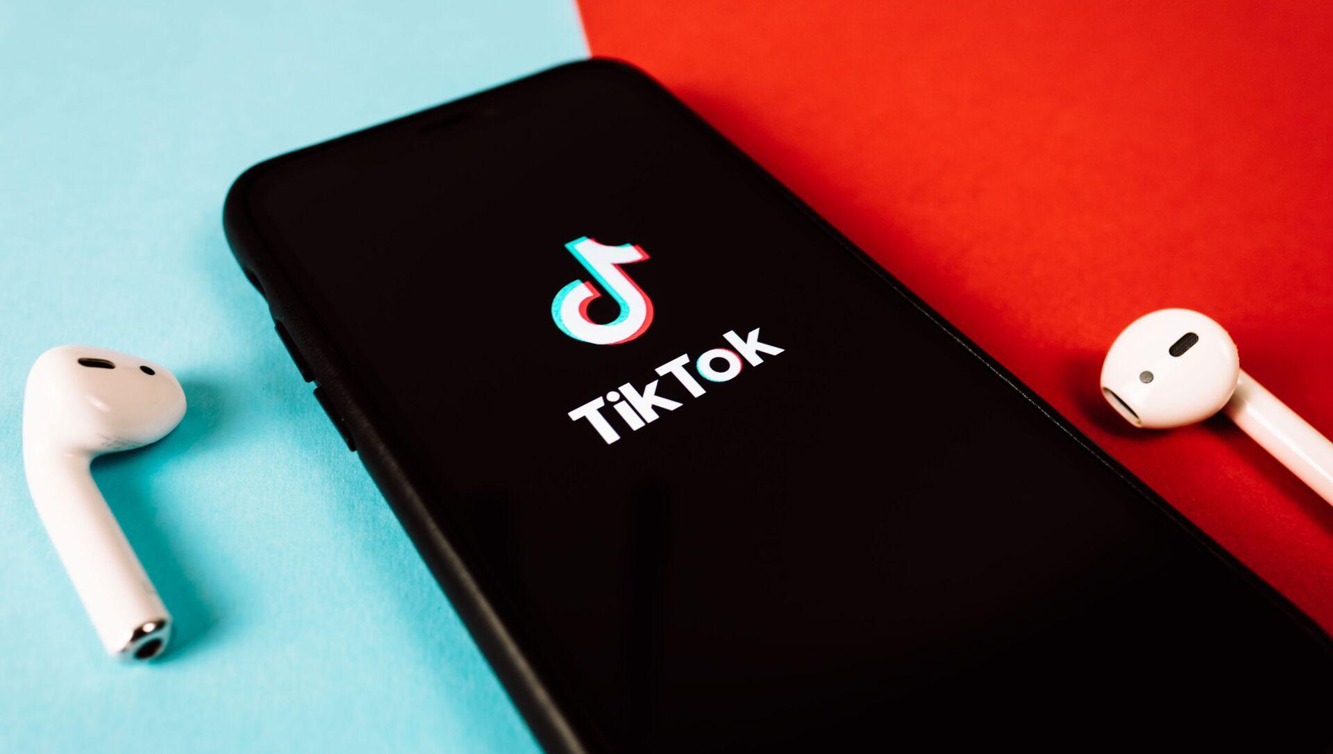 Иконка на экране смартфона социальной сети TikTok - Sputnik Азербайджан, 1920, 28.07.2021
