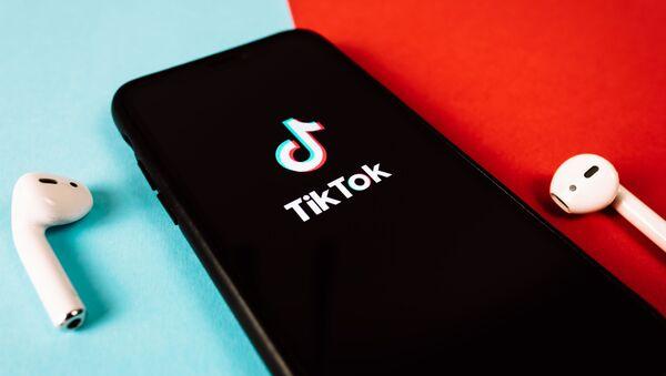 Иконка на экране смартфона социальной сети TikTok - Sputnik Азербайджан