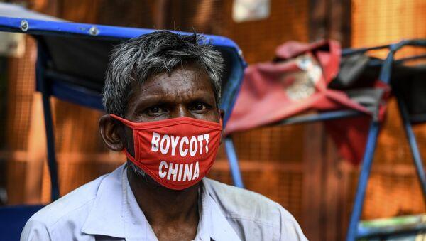 Мужчина в маске с надписью бойкот Китаю в Нью Дели, фото из архива - Sputnik Азербайджан