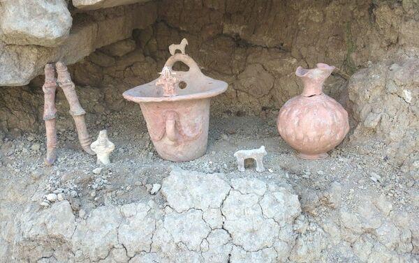 Найденная в захоронениях в Шамахе глиняная посуда - Sputnik Азербайджан