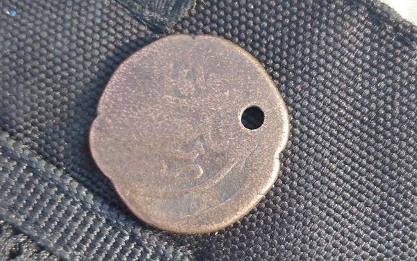 Найденная в захоронениях в Шамахе монета - Sputnik Азербайджан